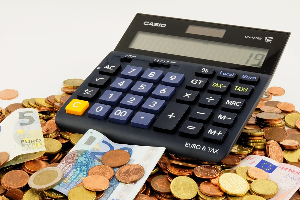 紙幣とコインと電卓
